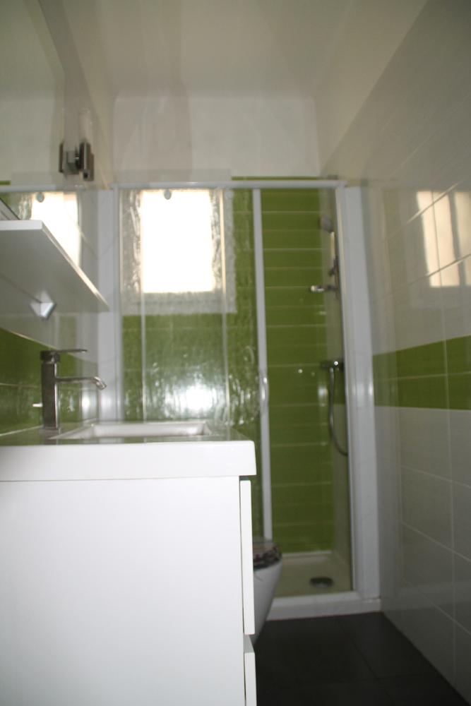 Installation de la salle de bain. Plomberie et électricité. Pose faïence.
